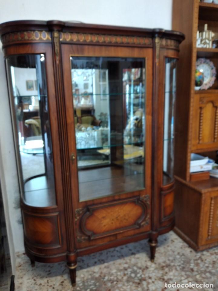 Antigüedades: Extraordinaria vitrina de cristal curvo con decoraciones en bronce y marqueteria,estilo napoleón. - Foto 5 - 252955670