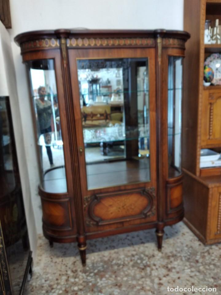 Antigüedades: Extraordinaria vitrina de cristal curvo con decoraciones en bronce y marqueteria,estilo napoleón. - Foto 6 - 252955670