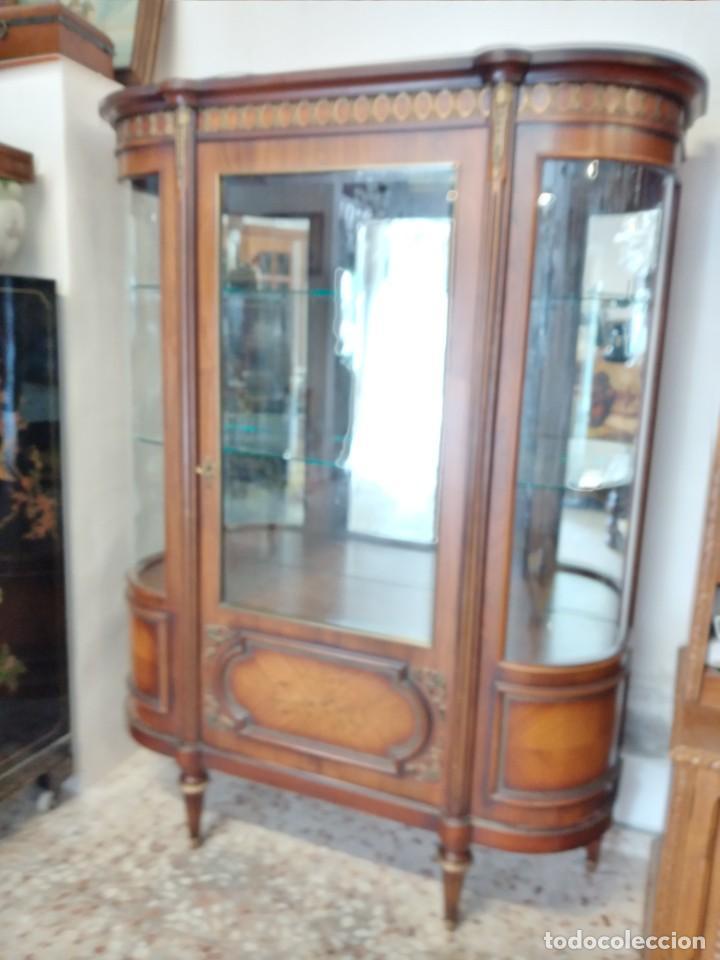 Antigüedades: Extraordinaria vitrina de cristal curvo con decoraciones en bronce y marqueteria,estilo napoleón. - Foto 2 - 252955670