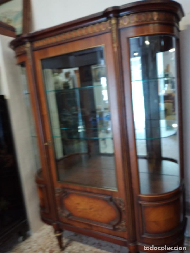 Antigüedades: Extraordinaria vitrina de cristal curvo con decoraciones en bronce y marqueteria,estilo napoleón. - Foto 7 - 252955670