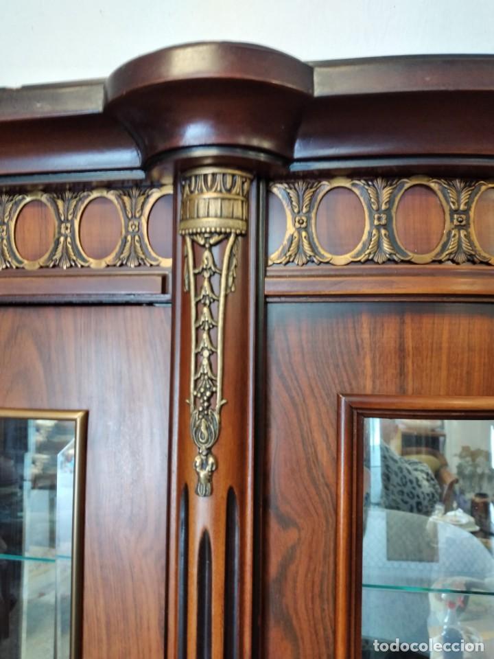Antigüedades: Extraordinaria vitrina de cristal curvo con decoraciones en bronce y marqueteria,estilo napoleón. - Foto 8 - 252955670