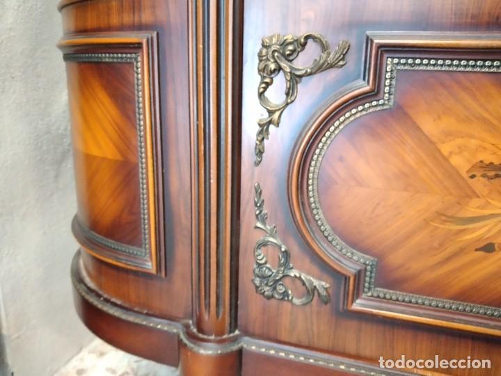 Antigüedades: Extraordinaria vitrina de cristal curvo con decoraciones en bronce y marqueteria,estilo napoleón. - Foto 13 - 252955670