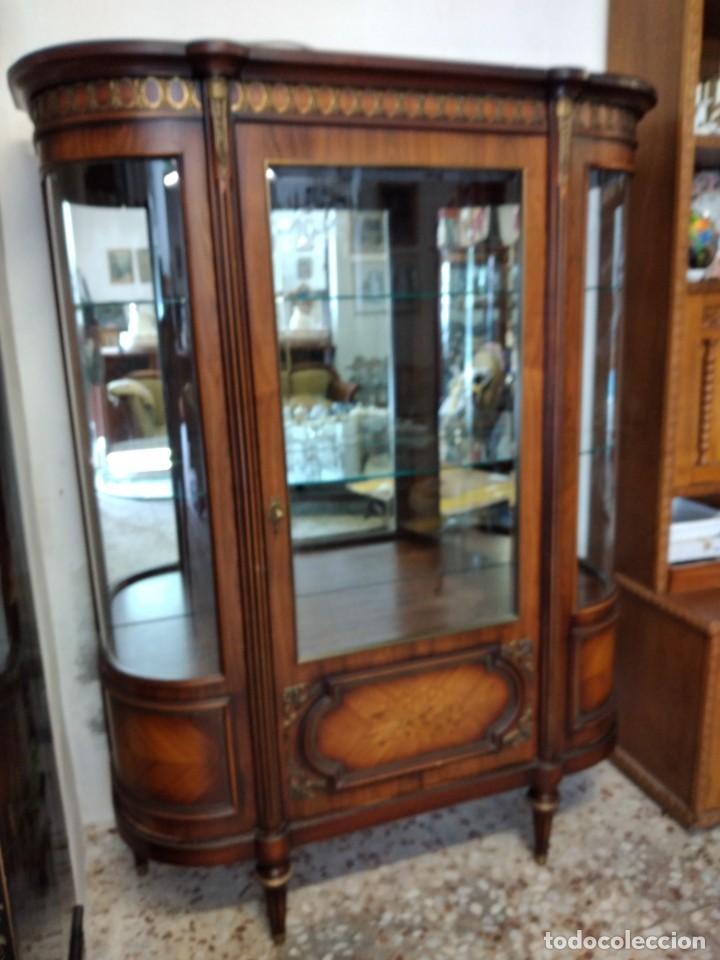 Antigüedades: Extraordinaria vitrina de cristal curvo con decoraciones en bronce y marqueteria,estilo napoleón. - Foto 3 - 252955670