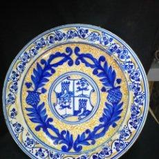 Antigüedades: GRAN PLATO BLASONADO DE CERÁMICA DE MANISES FINALES S. XIX. Lote 252991125