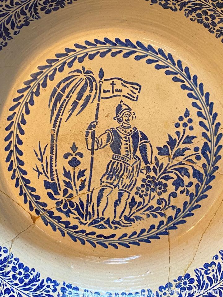 Antigüedades: Precioso lebrillo de trepa o plantilla azul sobre blanco con motivo de caballero, Lañado. - Foto 2 - 253014505
