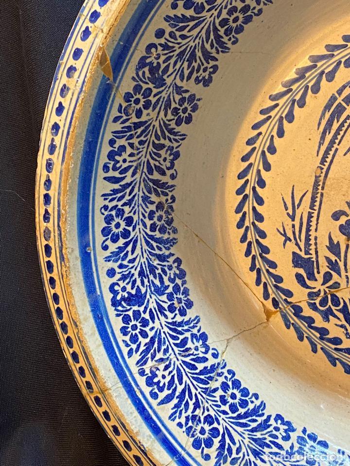 Antigüedades: Precioso lebrillo de trepa o plantilla azul sobre blanco con motivo de caballero, Lañado. - Foto 3 - 253014505