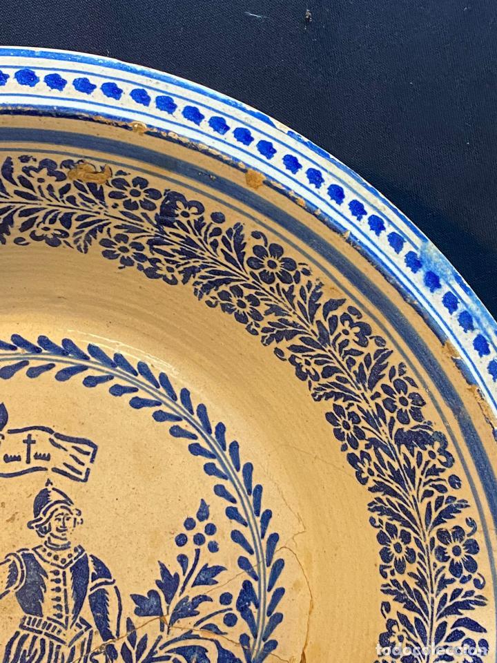Antigüedades: Precioso lebrillo de trepa o plantilla azul sobre blanco con motivo de caballero, Lañado. - Foto 4 - 253014505