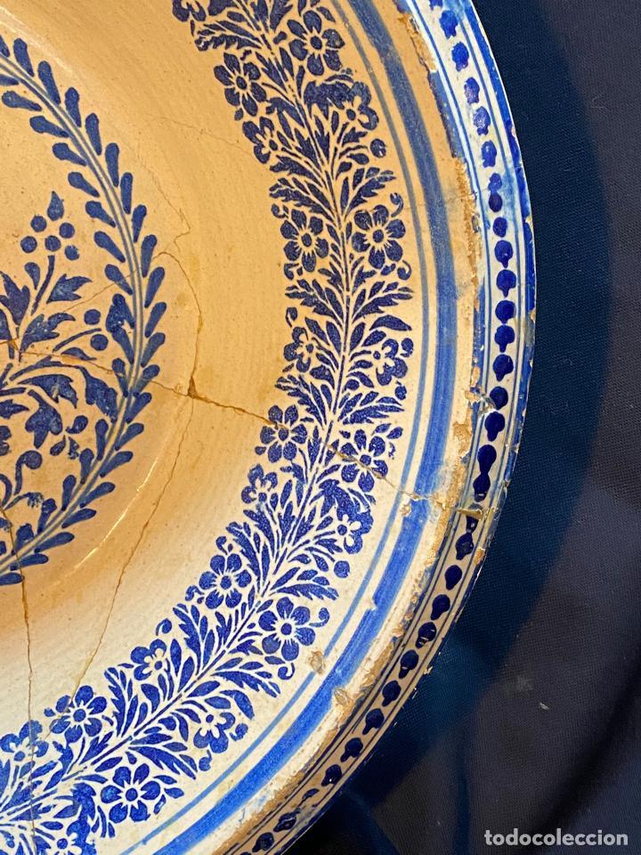 Antigüedades: Precioso lebrillo de trepa o plantilla azul sobre blanco con motivo de caballero, Lañado. - Foto 5 - 253014505
