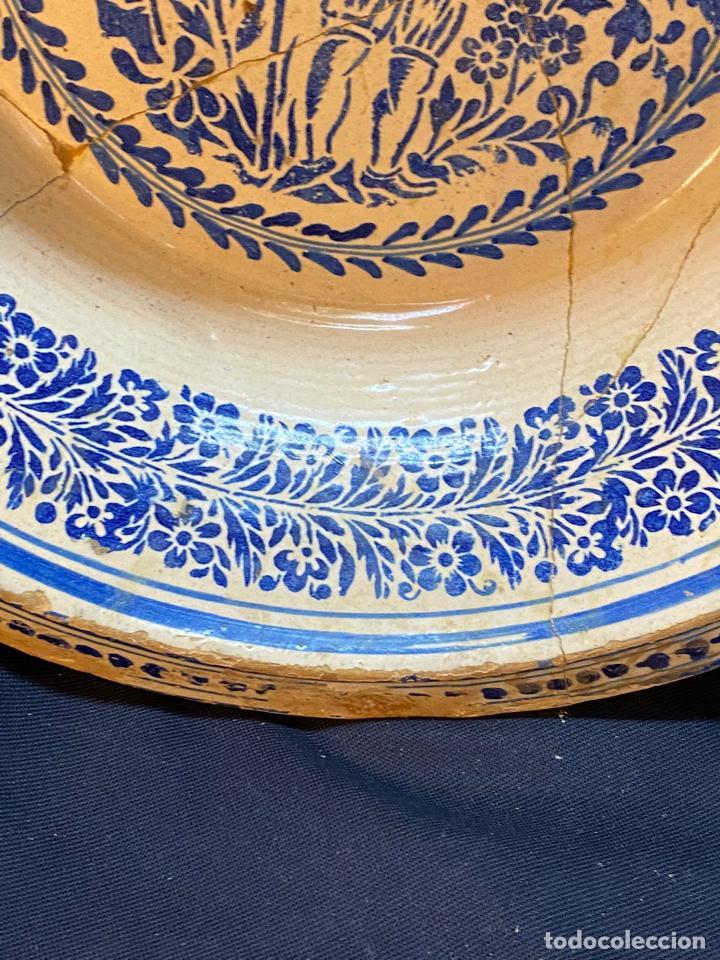 Antigüedades: Precioso lebrillo de trepa o plantilla azul sobre blanco con motivo de caballero, Lañado. - Foto 6 - 253014505