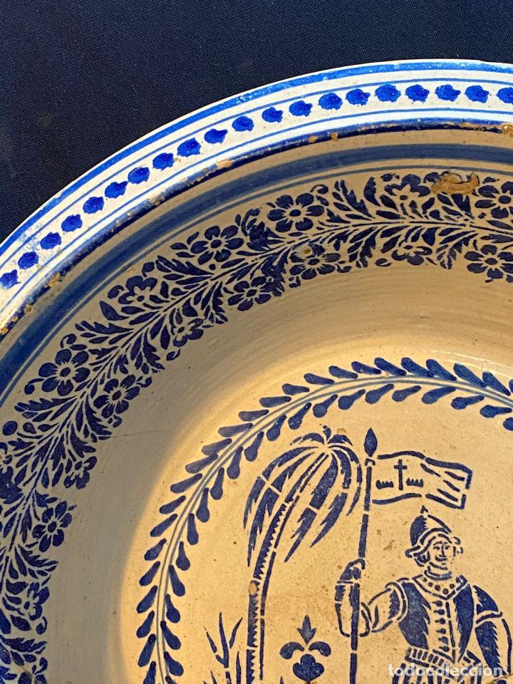 Antigüedades: Precioso lebrillo de trepa o plantilla azul sobre blanco con motivo de caballero, Lañado. - Foto 7 - 253014505