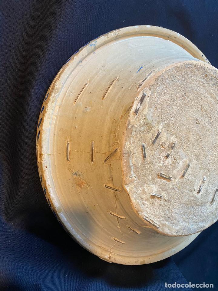 Antigüedades: Precioso lebrillo de trepa o plantilla azul sobre blanco con motivo de caballero, Lañado. - Foto 10 - 253014505