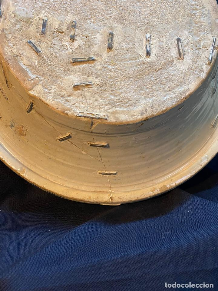 Antigüedades: Precioso lebrillo de trepa o plantilla azul sobre blanco con motivo de caballero, Lañado. - Foto 11 - 253014505