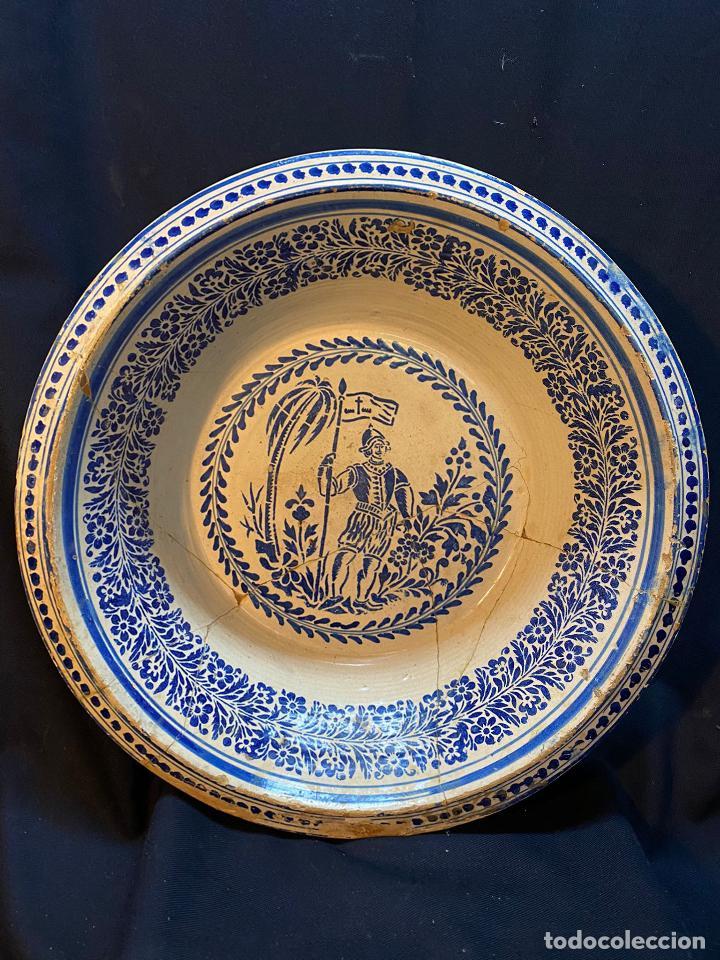 PRECIOSO LEBRILLO DE TREPA O PLANTILLA AZUL SOBRE BLANCO CON MOTIVO DE CABALLERO, LAÑADO. (Antigüedades - Porcelanas y Cerámicas - Triana)