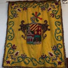 Antigüedades: ANTIGUO REPOSTERO CON HERÁLDICA NOBLE. TAPIZ. Lote 253063895