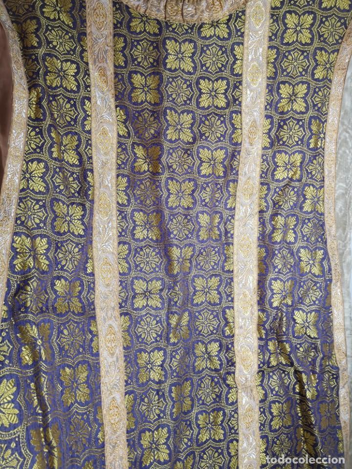 Antigüedades: ANTIGUA CASULLA BROCADO LITURGICO MODELO GUITARRA SEDA ADAMASCADA---VIOLETA-AZUL - Foto 3 - 253092400