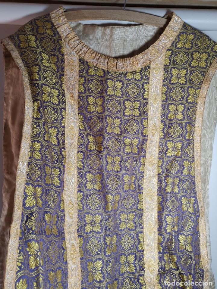 Antigüedades: ANTIGUA CASULLA BROCADO LITURGICO MODELO GUITARRA SEDA ADAMASCADA---VIOLETA-AZUL - Foto 6 - 253092400