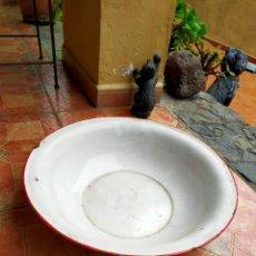 Antigüedades: ANTIGUA PALANGANA DE CHAPA ESMALTADA BLANCA. Lote 253099535