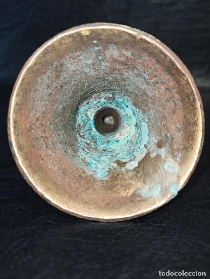 Antigüedades: Antigua campanilla de bronce. Inscripción en latin Malinas. SXVI-XVII. RESTAURADA OF - Foto 8 - 253104770