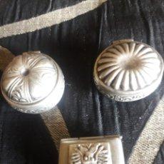 Antigüedades: TRES ANTIGUOS PASTILLEROS DE ALPACA. Lote 253105765