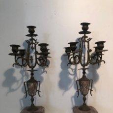 Antigüedades: PAREJA DE CANDELABROS DE BRONCE Y MARMOL ANTIGUOS.. Lote 253128545