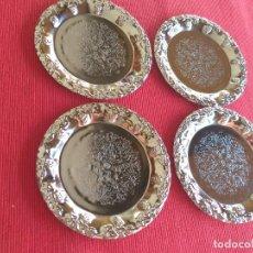 Antigüedades: CUATRO PLATOS DE METAL. PLATEADOS. LABRADOS. FLORES. DIÁMETRO 10 CM.. Lote 253290555
