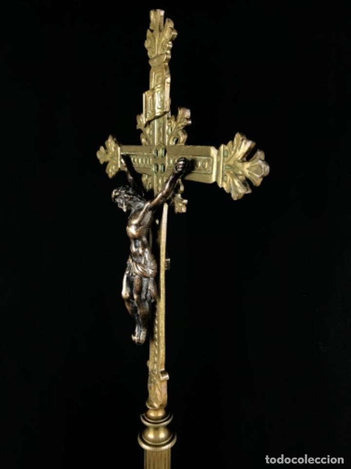 Antigüedades: MAGNIFICO CONJUNTO DE ALTAR CRUZ Y 4 CANDELABROS DE BRONCE SG XIX BUEN TAMAÑO - Foto 8 - 253295115