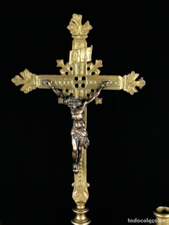 Antigüedades: MAGNIFICO CONJUNTO DE ALTAR CRUZ Y 4 CANDELABROS DE BRONCE SG XIX BUEN TAMAÑO - Foto 17 - 253295115