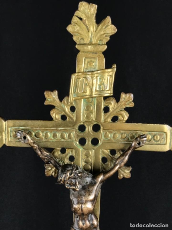 Antigüedades: MAGNIFICO CONJUNTO DE ALTAR CRUZ Y 4 CANDELABROS DE BRONCE SG XIX BUEN TAMAÑO - Foto 18 - 253295115