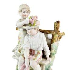 Antigüedades: PAREJA DE NIÑOS. PORCELANA BISCUIT. THURINGIA CA 1900 - BISQUE PORCELAIN GIRL & BOY. 22X17X14CM. Lote 223553301