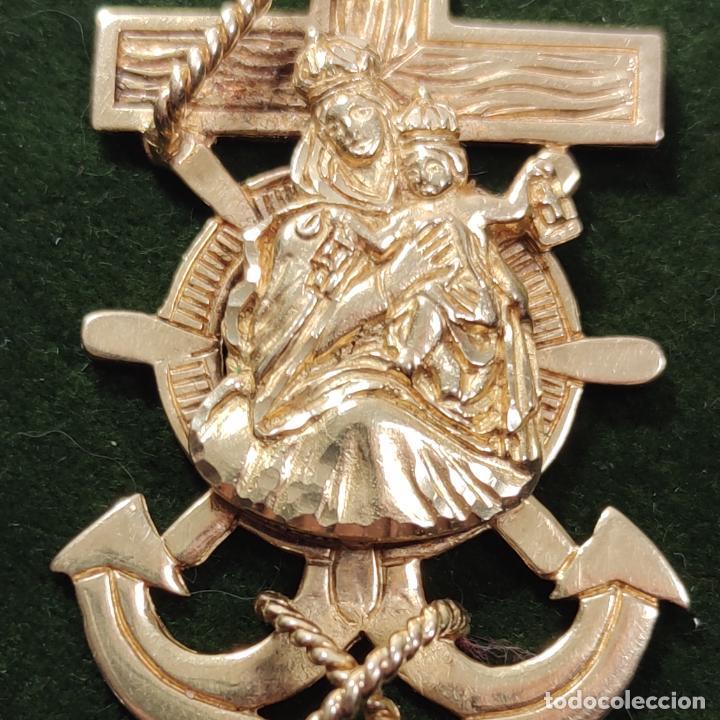 Antigüedades: Bella y pesada medalla de oro de 18k. marinera. Virgen del Carmen con ancla y timón. 15 gramos. - Foto 3 - 253360120