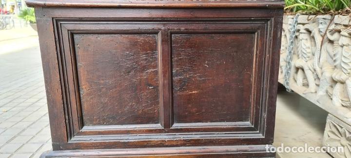 Antigüedades: ARCÓN DE NOVIA CATALÁN DE ESTILO CASSONE. MADERA DE NOGAL TALLADA. SIGLO XVIII. - Foto 25 - 253438390