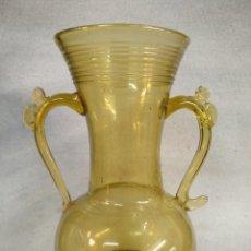 Antigüedades: JARRÓN MALLORQUÍN, DE CRISTAL SOPLADO COLOR ÁMBAR. Lote 253513995