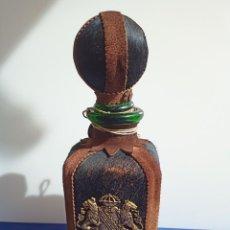 Antigüedades: DECANTADOR PROVIDENTIAE MEMOR VINTAGE DE CUERO Y PIEL DE OSO. Lote 253523290
