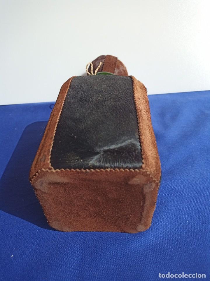 Antigüedades: Decantador Providentiae Memor Vintage de cuero y piel de oso - Foto 9 - 253523290