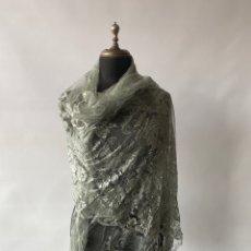 Antigüedades: ANTIGUA MANTILLA VELO CHAL EN COLOR VERDE AGUA. TIENE ALGÚN ROTO. Lote 253532350