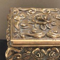 Antigüedades: ANTIGUA CAJA JOYERO EN BRONCE LABRADO. Lote 253545175