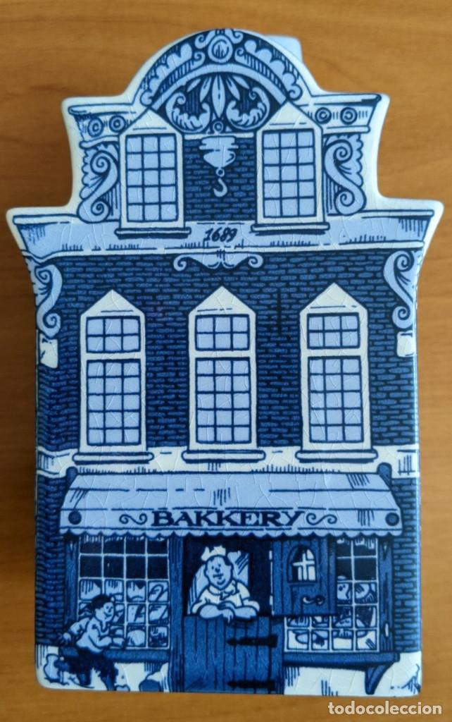 Antigüedades: Hucha casa de cerámica azul de Delft (Holanda). Pintada a mano. - Foto 8 - 253553605