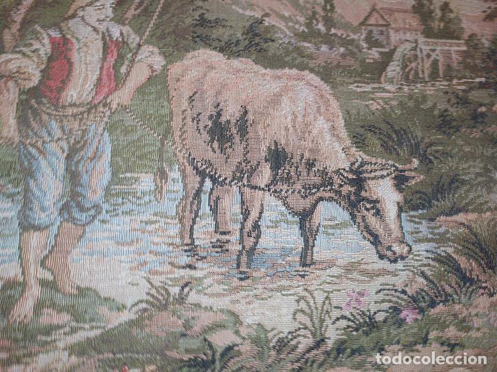 Antigüedades: ANTIGUO TAPIZ ENMARCADO ESCENA PASTORES VACA CHICO CHICA LAGO BOSQUE MONTAÑA PRECIOSO - Foto 2 - 253554005