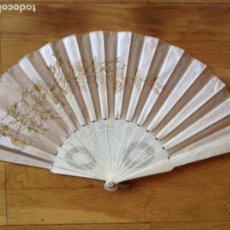 Antigüedades: ABANICO DE HUESO Y SEDA BORDADA. C 1900. Lote 253574090