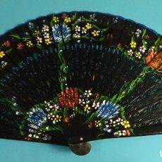 Antigüedades: ABANICO PINTADO A MANO. DOBLE CARA. VARILLAS DE MADERA, LACADAS Y CALADAS DE 23 CM. Lote 253609070