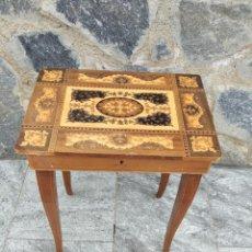 Antigüedades: PRECIOSA MESA JOYERO DE MADERA CON MARQUETERÍA, MUSICAL. LLAVE ORIGINAL.. Lote 253616815