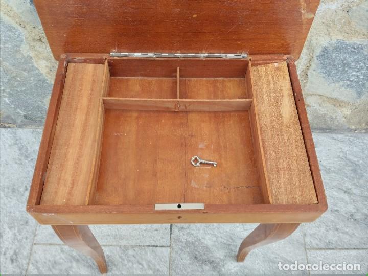 Antigüedades: Preciosa mesa joyero de madera con marquetería, musical. llave original. - Foto 5 - 253616815
