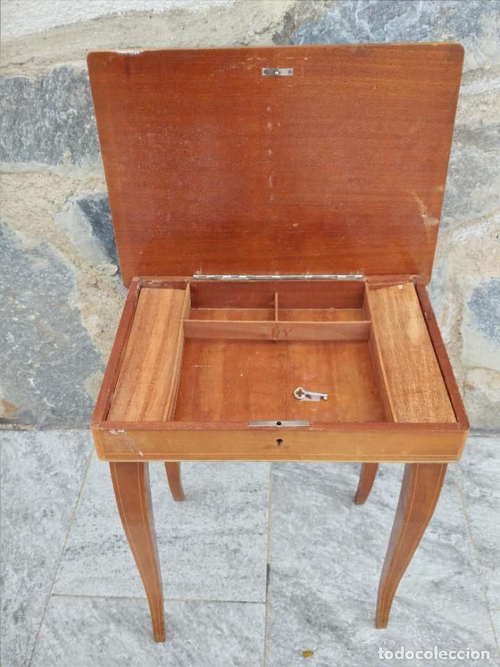 Antigüedades: Preciosa mesa joyero de madera con marquetería, musical. llave original. - Foto 7 - 253616815
