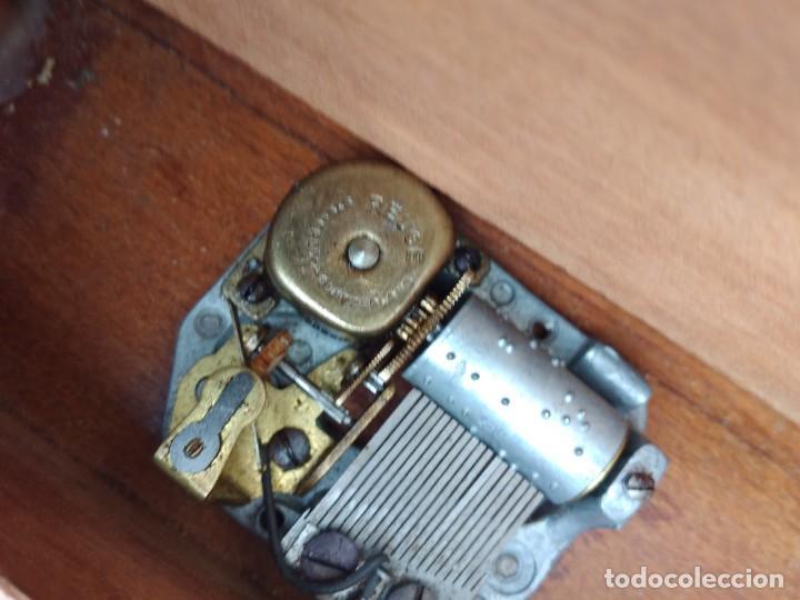 Antigüedades: Preciosa mesa joyero de madera con marquetería, musical. llave original. - Foto 9 - 253616815
