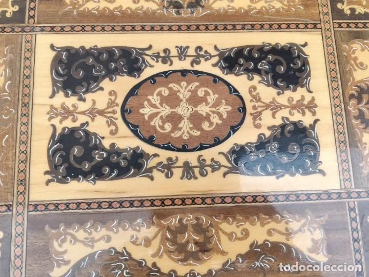 Antigüedades: Preciosa mesa joyero de madera con marquetería, musical. llave original. - Foto 10 - 253616815