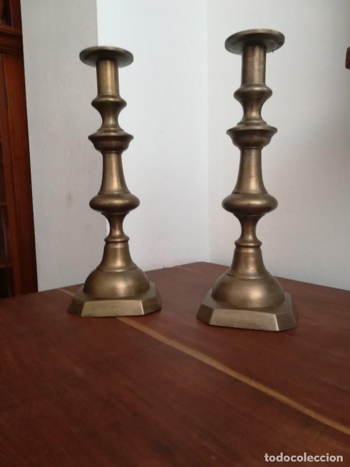 Antigüedades: Magnífica pareja de candelabros litúrgicos de bronce, probablemente de principios del SXX - Foto 2 - 253761425