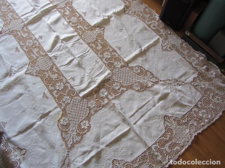 Antigüedades: Magnifico mantel grande de hilo bordado con muchos adornos de frivolité + 12 servilletas a juego - Foto 2 - 253830295