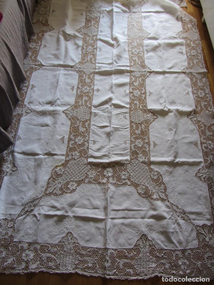 Antigüedades: Magnifico mantel grande de hilo bordado con muchos adornos de frivolité + 12 servilletas a juego - Foto 3 - 253830295