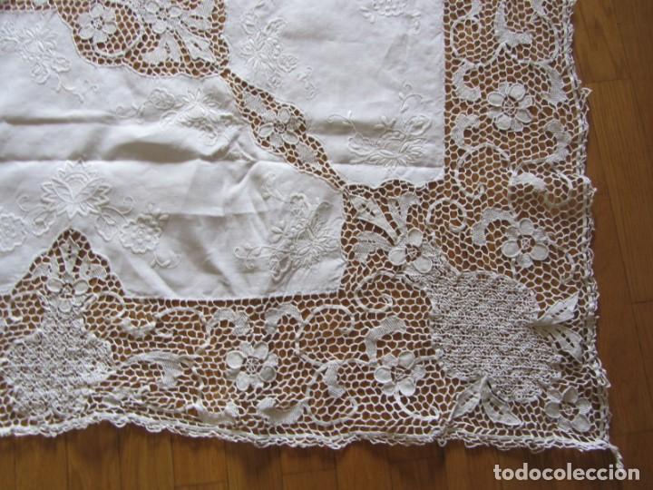 Antigüedades: Magnifico mantel grande de hilo bordado con muchos adornos de frivolité + 12 servilletas a juego - Foto 4 - 253830295