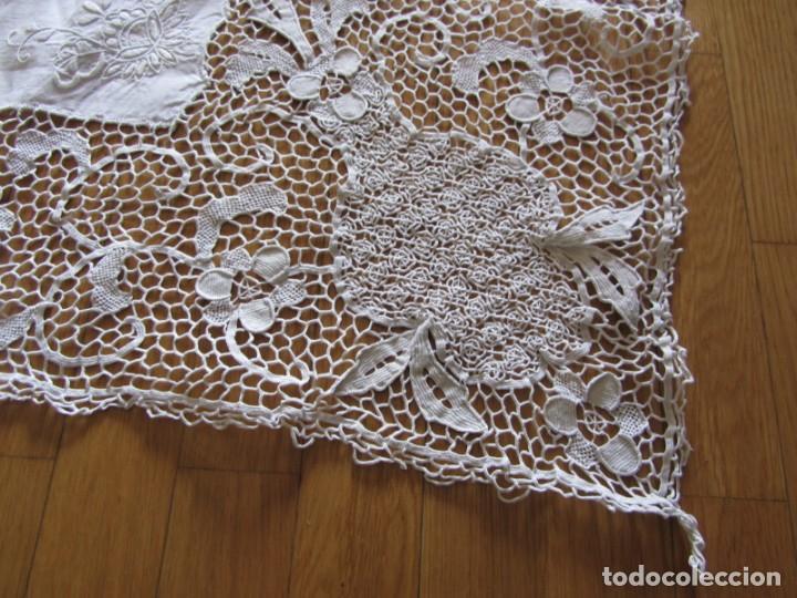 Antigüedades: Magnifico mantel grande de hilo bordado con muchos adornos de frivolité + 12 servilletas a juego - Foto 5 - 253830295